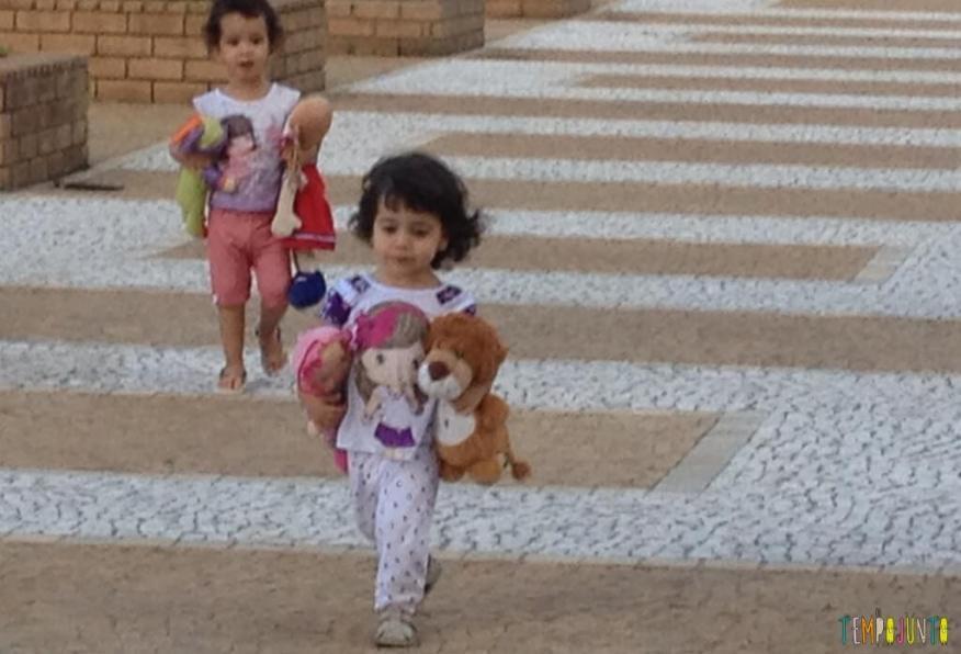 Criança agitada - andando no play
