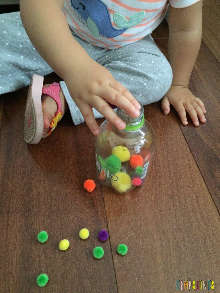 Como estimular o movimento de pinça do bebê - gabi colocando pompom