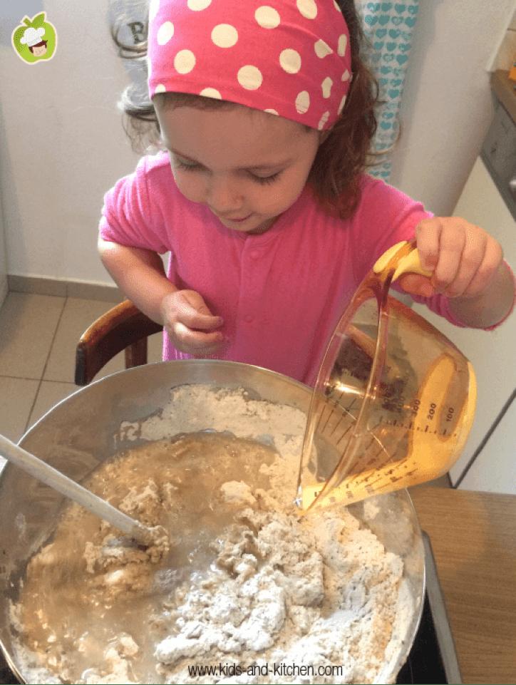 Cozinha com crianças - misturando agua com a massa