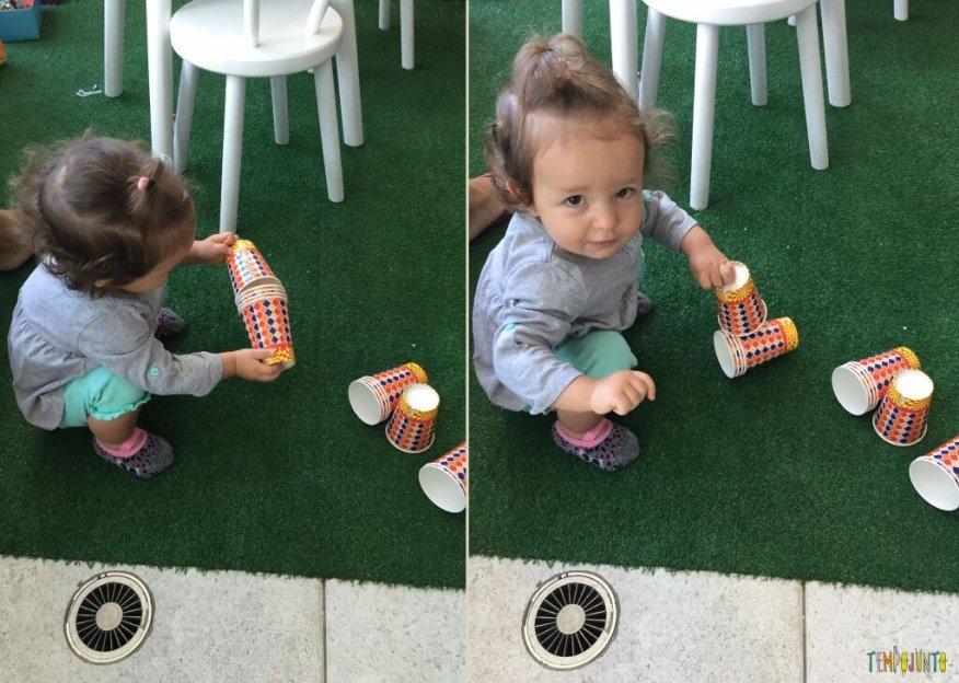 Brincadeira para bebês com copos descartáveis - Gabi guardando
