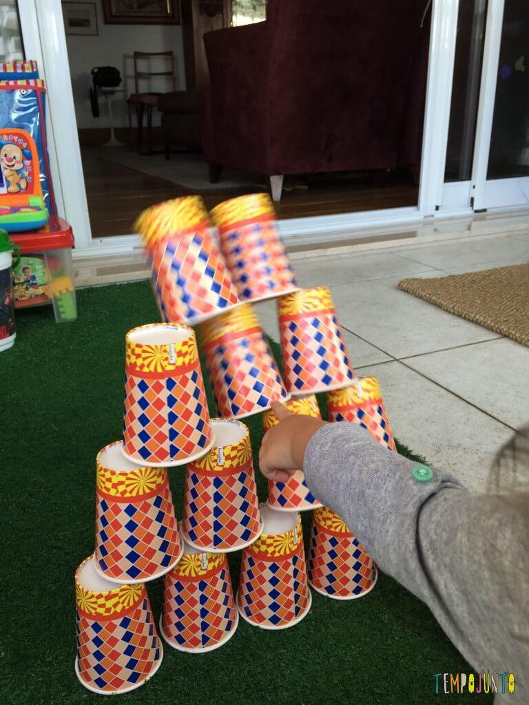 Brincadeira para bebês - derrubando a torre de copos