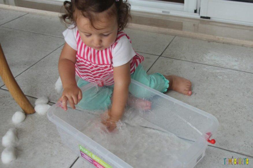 Brincadeira Sensorial com água e algodão para bebês - brincando com agua