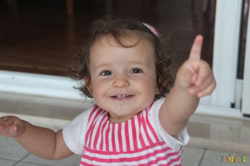 Brincadeira Sensorial com água e algodão para bebês - gabi sorrindo