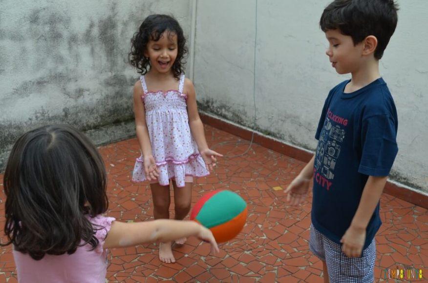 Brincadeiras para irmãos pequenos - crianças com bola