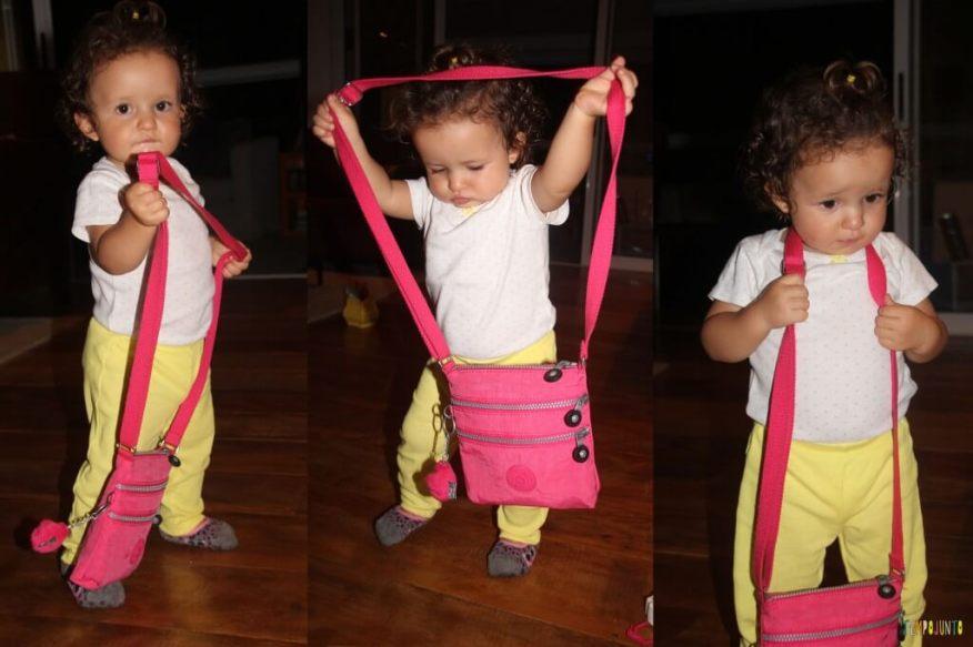 O brincar livre de um bebê - bolsa no pescoço