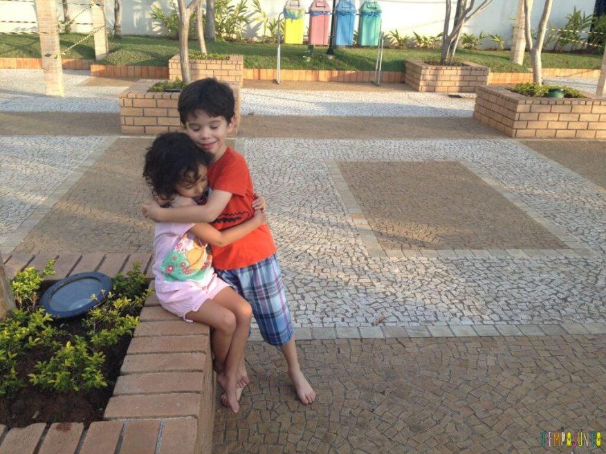 11 Brincadeiras para estimular o sexto e sétimo sentidos das crianças - abraço