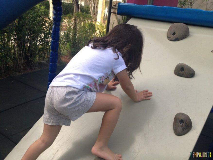 11 Brincadeiras para estimular o sexto e sétimo sentidos das crianças - lari subindo no brinquedao