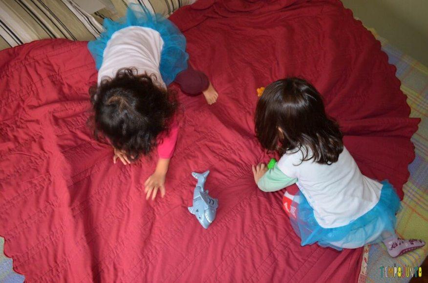 3 brincadeiras ao ar livre com lençol e bolas e peixinhos - brincando com peixinho