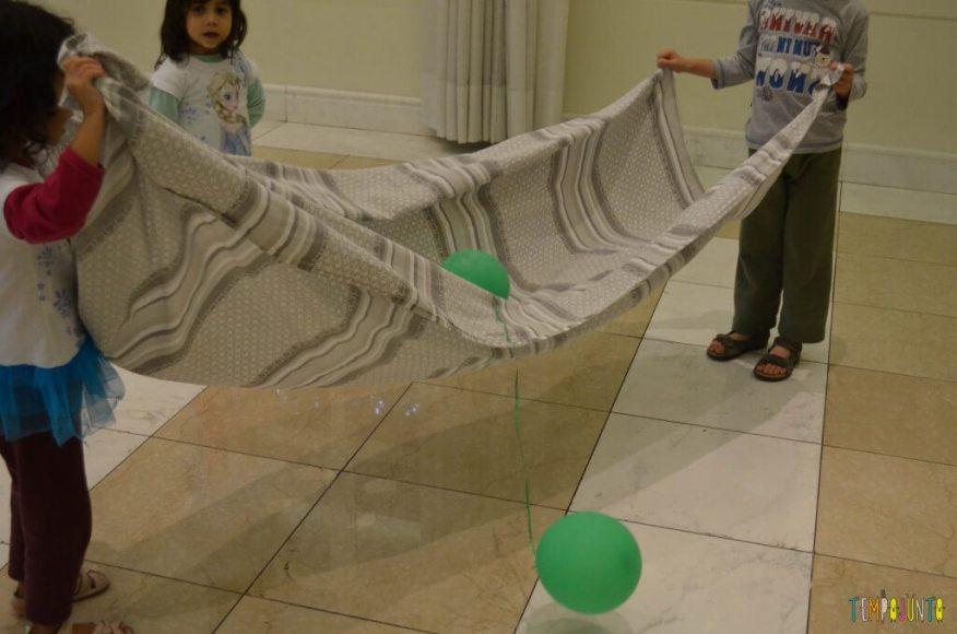 3 brincadeiras ao ar livre com lençol e bolas e peixinhos.jpg - jogando bola