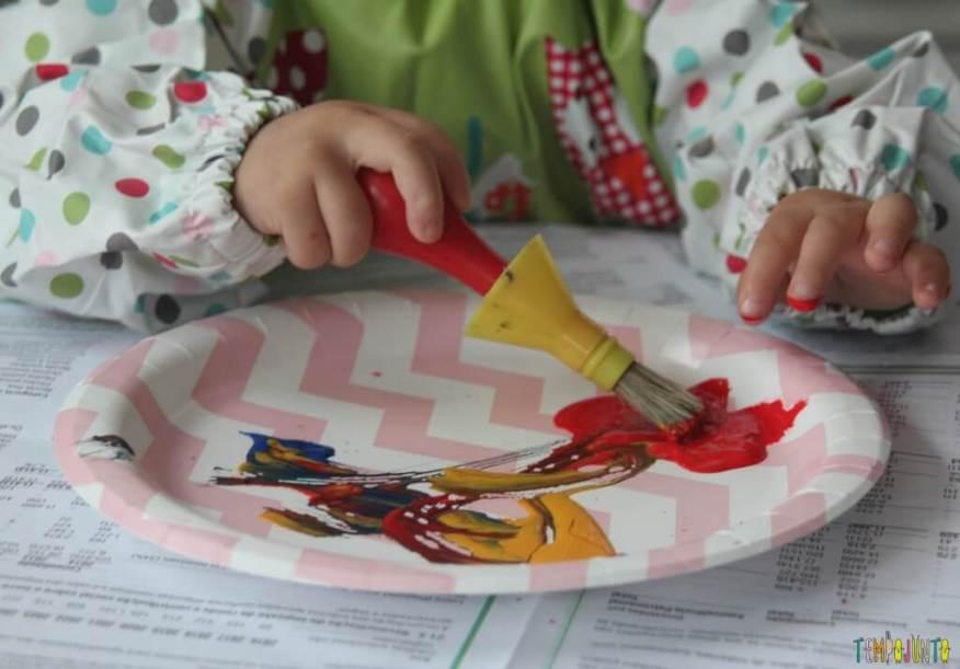 Brincadeira com pincel e tinta para bebês - Gabi colocando o dedo na tinta