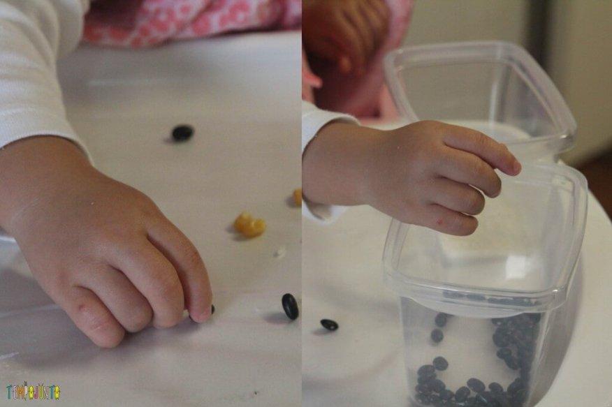 Brincadeira sensorial com grãos e papel contact - movimento da pinça com os graos