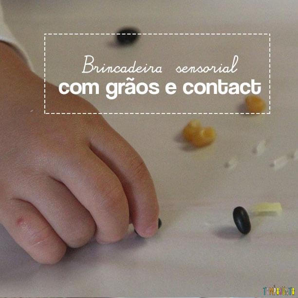 Brincadeira sensorial com grãos e papel contact