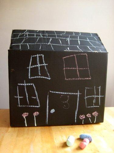 25 ideas criativas com caixa de papelão - Caixa de lousa