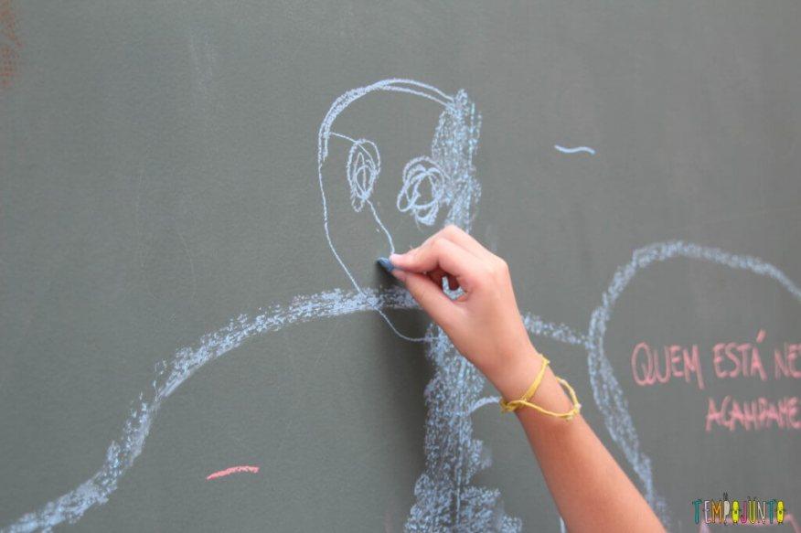 Como estimular a criatividade - brincadeira com giz