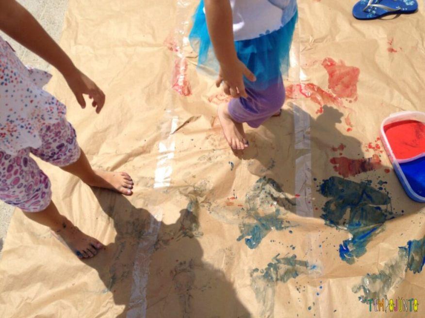 Vamos colocar os pés para pintar com tinta de dedo - meninas pintando