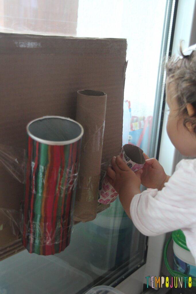 Brinquedo caseiro para bebês de 12 a 18 meses - Gabi colocando as bolas nos tubos