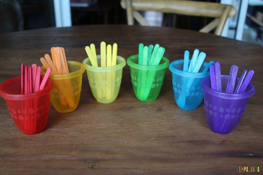 Maneiras divertidas de ensinar as cores - copos coloridos