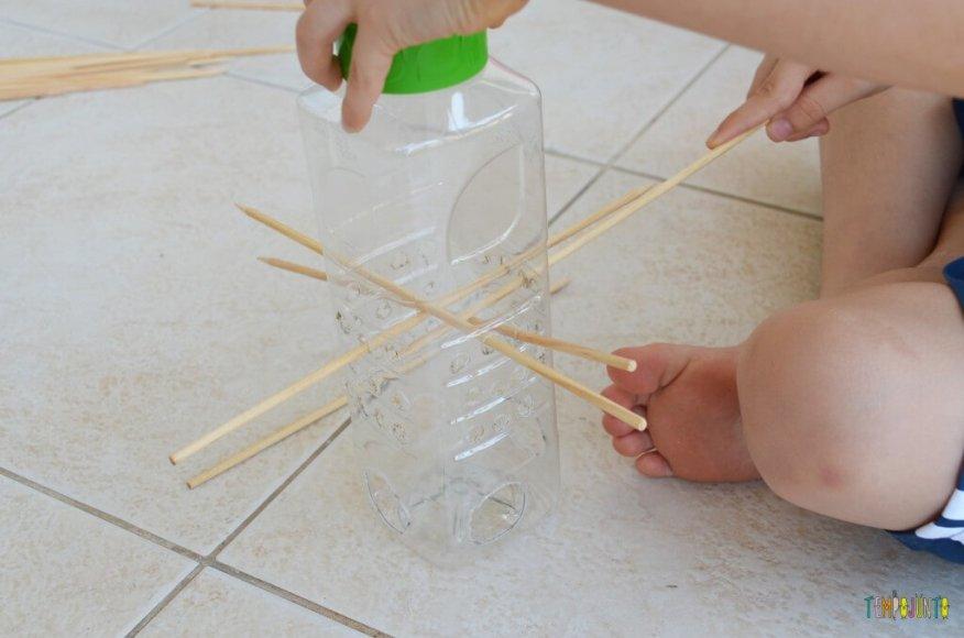 Um cai-não-cai feito por uma criança para jogar em família - enfiando palitos