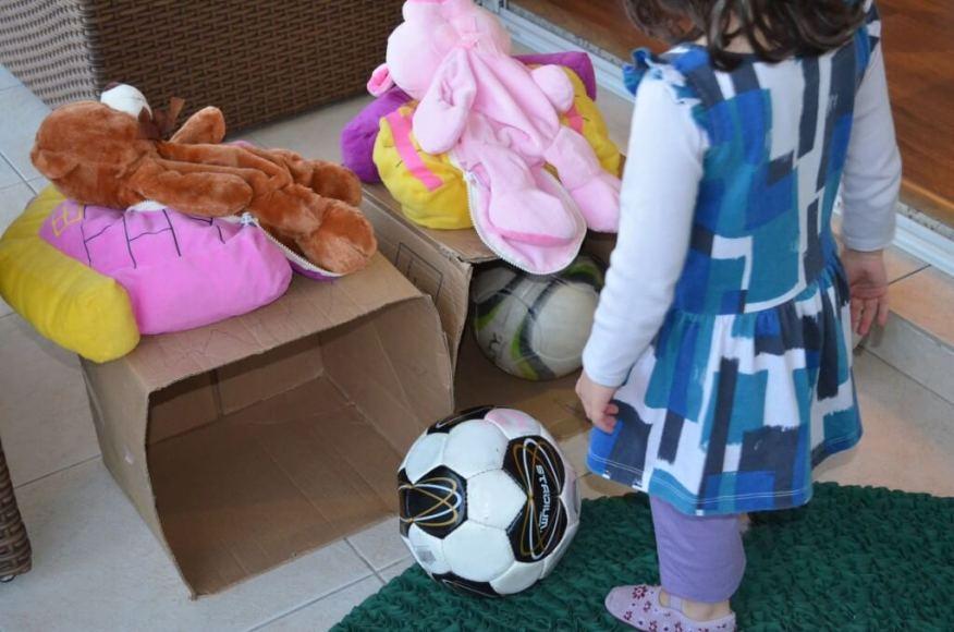 Acerte a bola na casinha do porquinho - Larissa jogando com a bola na caixa
