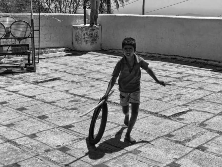 Brincadeiras que vovós e vovôs faziam - rolando pneu