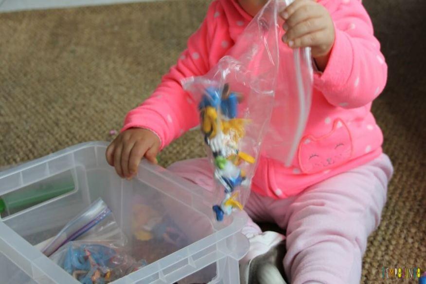 Como divertir o bebê com brinquedos de 1,99 - pegando os brinquedos