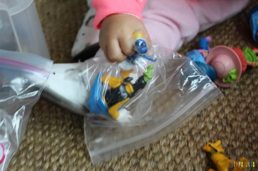 Como divertir o bebê com brinquedos de 1,99 - sacudindo