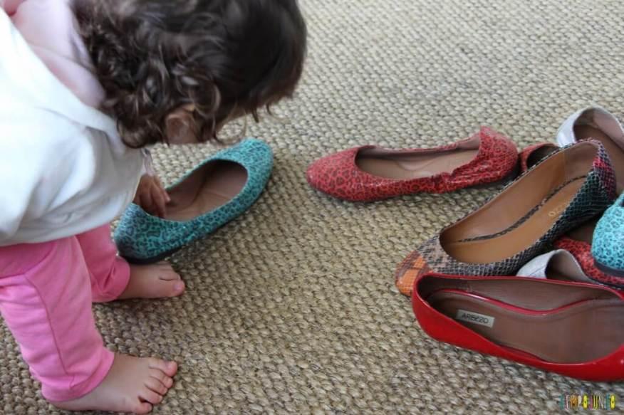 Estímulo para o bebê - encontre o par - gabi pegando o primeiro sapato