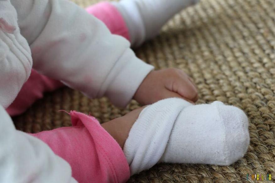 Estímulo para o bebê - encontre o par - tirando as meias