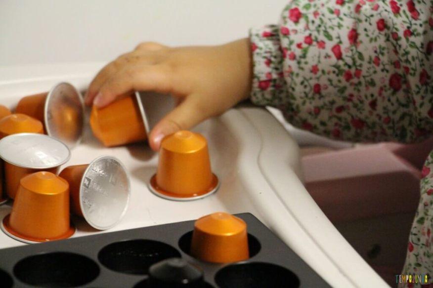 O que você pode transformar em brinquedo - gabi pega uma capsula nespresso
