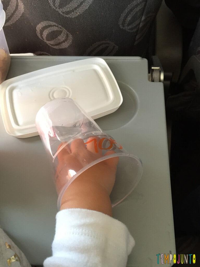 Que tal usar pedra de gelo como brincadeira para bebês - mao da Gabi no copo com gelo