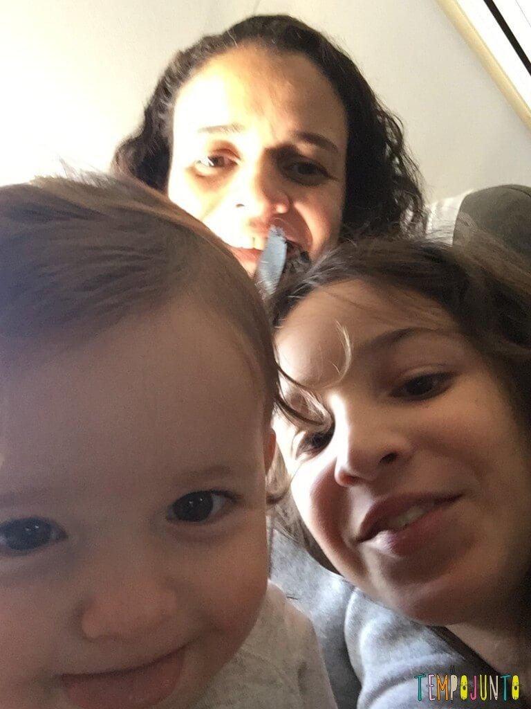 Que tal usar pedra de gelo como brincadeira para bebês - selfie da família