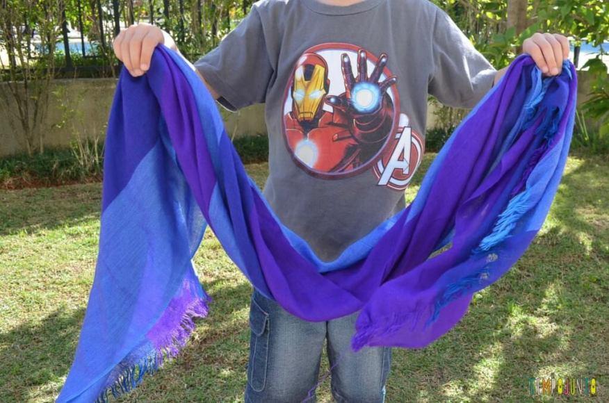Truques para brincar de mágica com as crianças - segurando o lenço