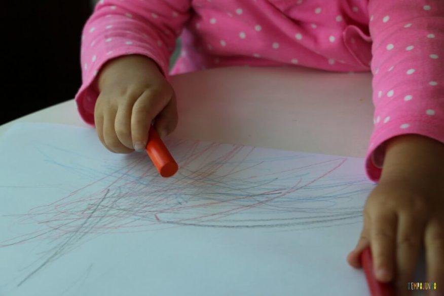 A arte da Gabi virou um presente para o papai - pegando o giz laranja na mesa