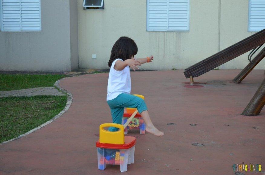 Brincadeira de circuito para as crianças - larissa pulando o obstáculo