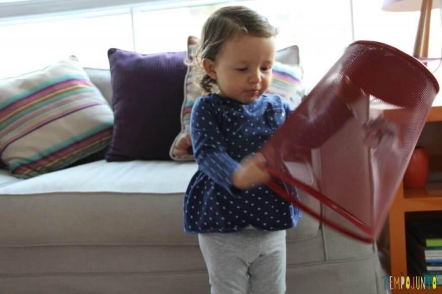 Brincar de bolinha de papel com seus pequenos - Gabi com o cesto