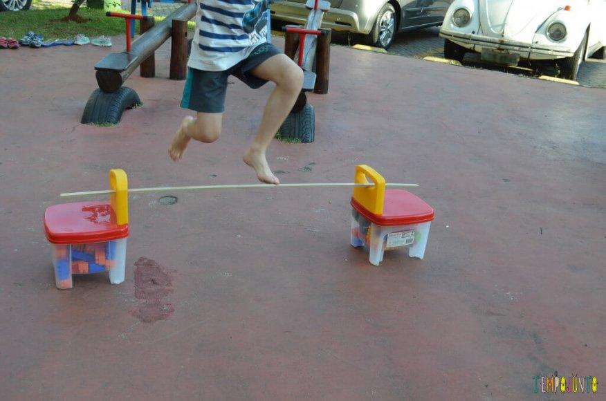 Circuito de atividades - henrique pulando o obstáculo