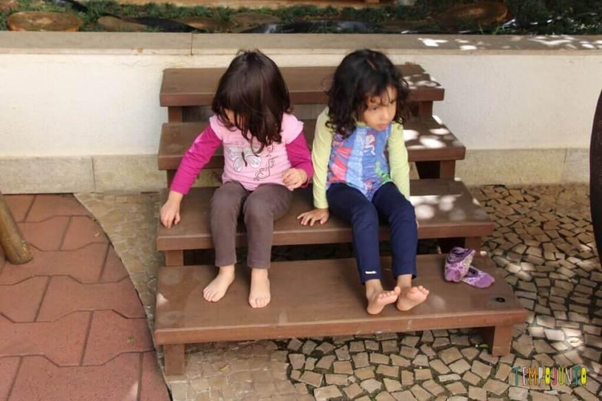 Pintura com plástico bolha nos pés pra divertir a garotada - larissa e sofia com os pés
