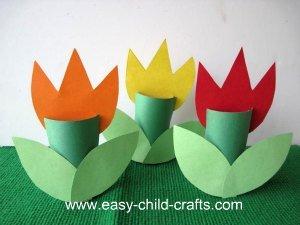 15 ideias criativas para fazer arte com flores - tulipa com rolo de papel