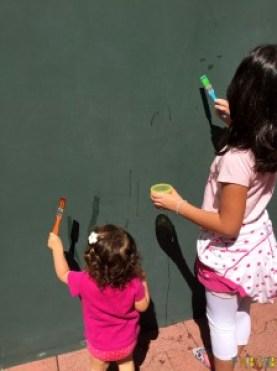 Arte sem sujeira com bebês - gabi e carol se divertindo juntas