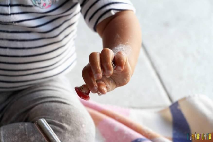 Brincadeira sensorial para todas as idades_maisena_banho no boneco
