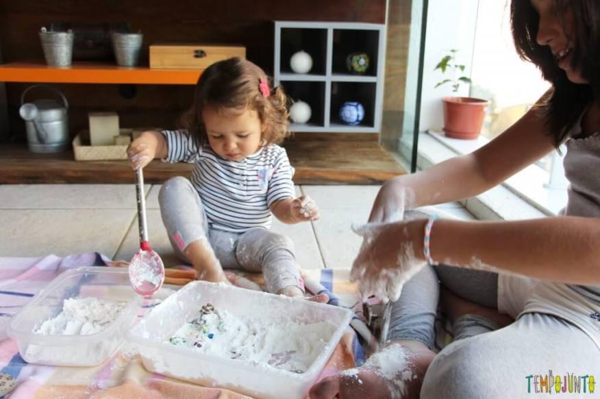 Brincadeira sensorial para todas as idades_maisena_farinha no pe carol e gabi