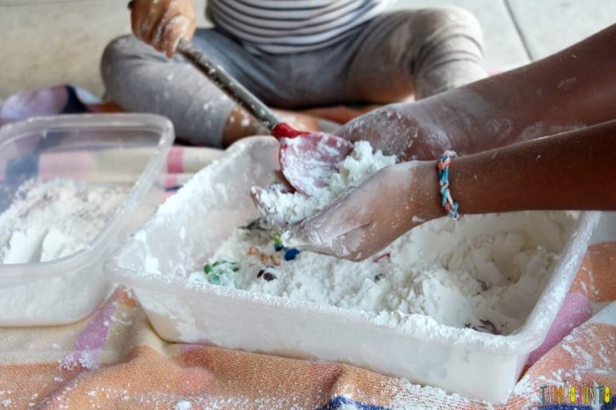 Brincadeira sensorial para todas as idades_maisena_mao e colher na farinha
