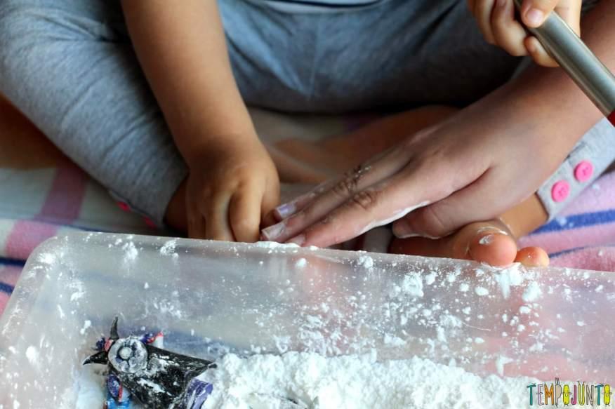 Brincadeira sensorial para todas as idades_maizena_sentindo a textura