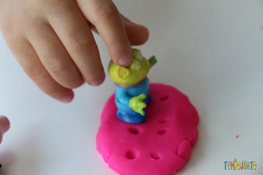 Como brincar de massinha com as crianças pequenas - pegada do et na massinha amarela