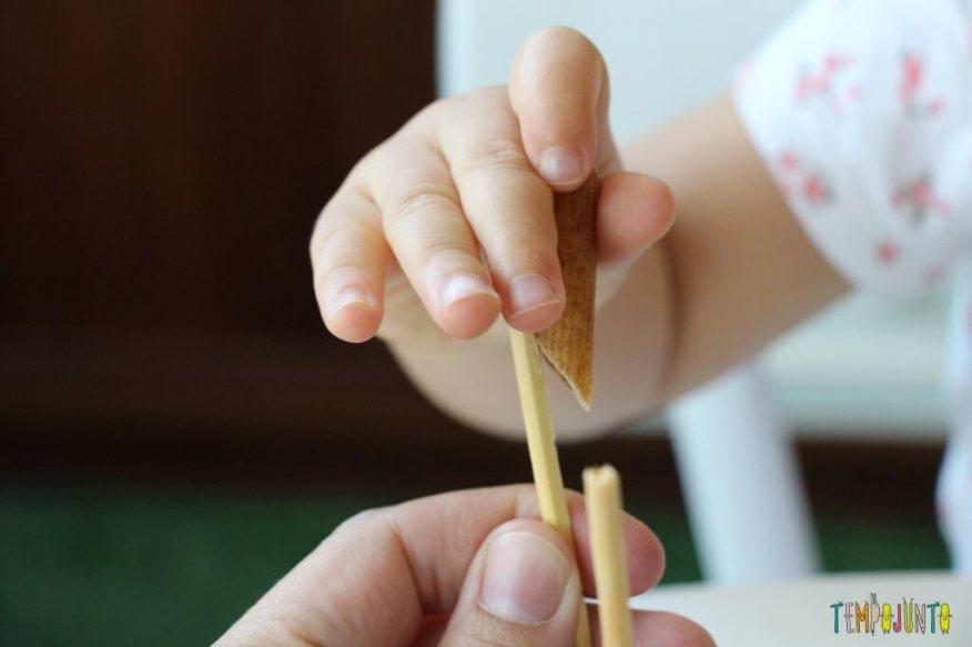 Mais um jeito de brincar de massinha com os seus pequenos - ajudando gabi a colocar o macarrão
