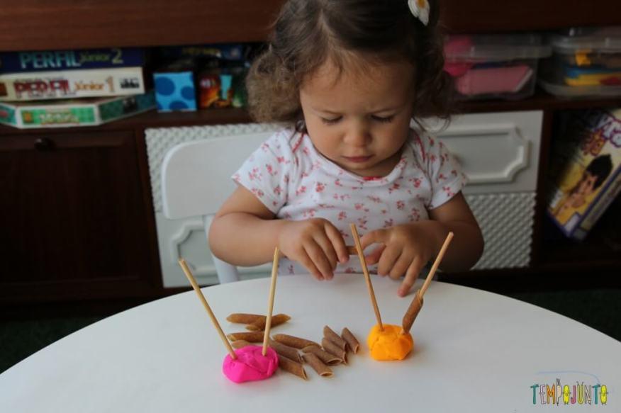 Mais um jeito de brincar de massinha com os seus pequenos - Gabi brincando com o macarrão