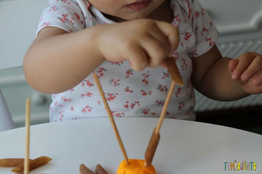 Mais um jeito de brincar de massinha com os seus pequenos - Gabi quase colocando o macarrão