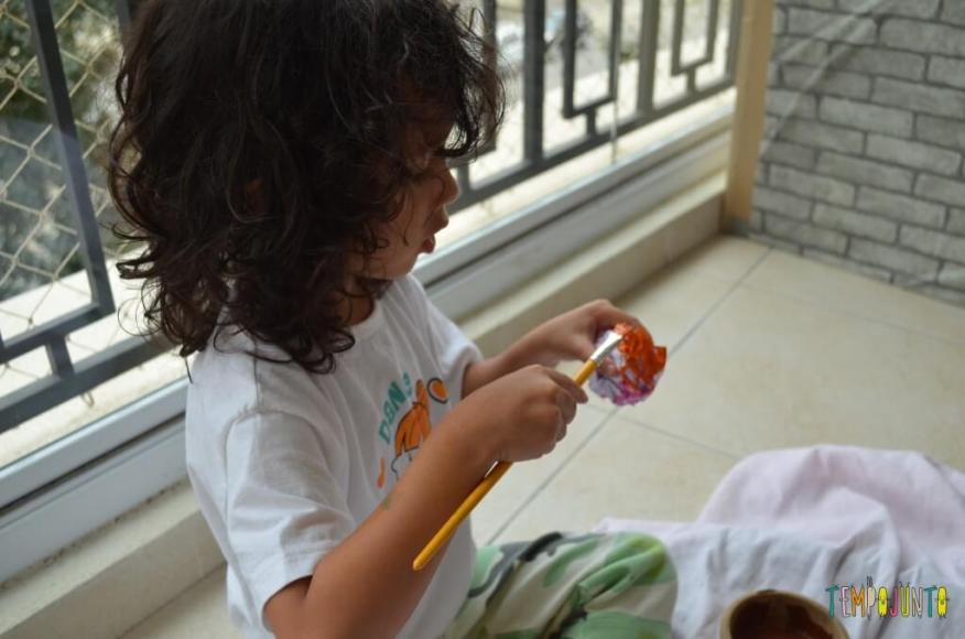 Pintura no papel amassado - Sofia pintando a bolinha