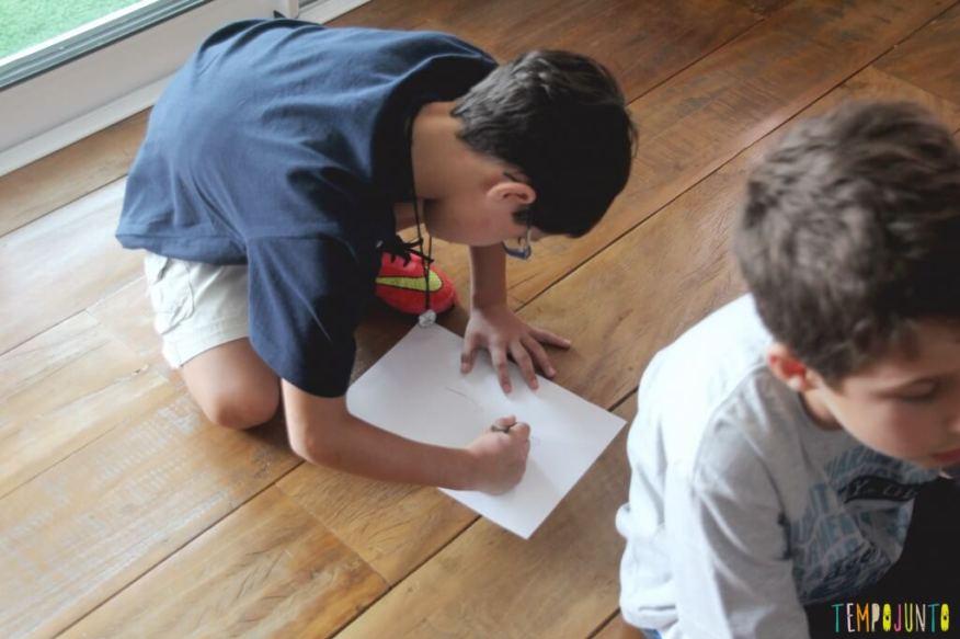 Prepare-se para se divertir nesta brincadeira para um grupo de crianças - ultimo da fila desenhando