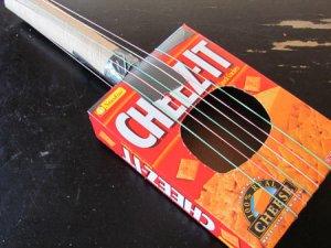 15 ideias criativas para fazer instrumentos musicais com crianças - Violao de caixa